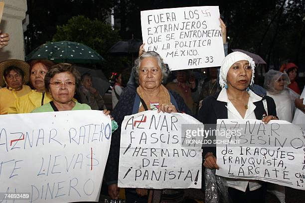 Mexicanos se manifiestan en un hotel de Ciudad de Mexico en contra de la visita del ex presidente espanol Jose Maria Aznar a este pais, el 17 de...