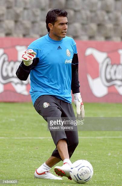 Oswaldo Sanchez portero de la seleccion mexicana de futbol participa de un entrenamiento en Ciudad de Mexico el 28 de mayo de 2007 Mexico se prepara...