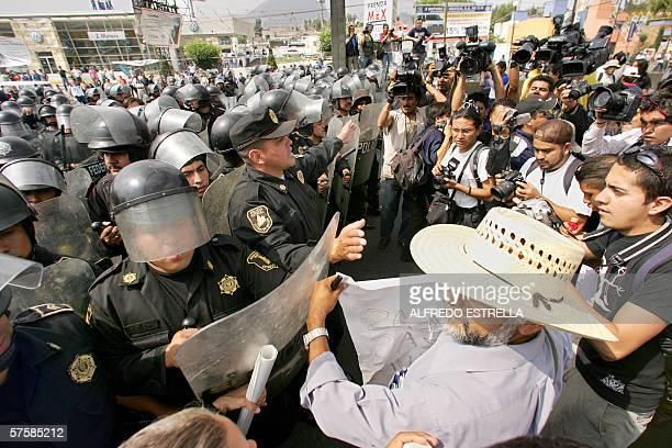 Policias estatales proceden a levantar el bloqueo que realizaban estudiantes y miembros de organizaciones sociales en la carretera MexicoPuebla en la...