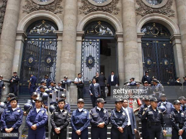 Policias mexicanos resguardan las instalaciones de la asamblea legislativa del Distrito Federal en Ciudad de Mexico el 19 de abril de 2007 Un fuerte...