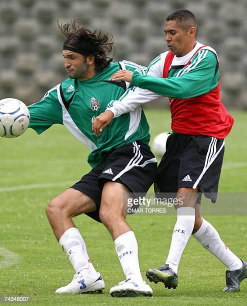 Ramon Morales y Francisco Fonseca de la seleccion mexicana de futbol participan de un entrenamiento en Ciudad de Mexico el 28 de mayo de 2007 Mexico...