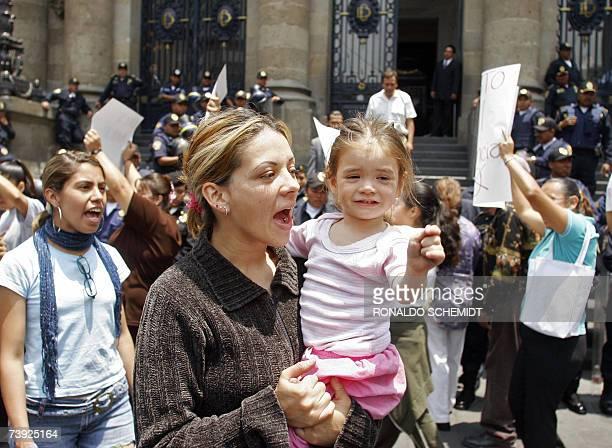 Un grupo de personas se manifiesta a favor del aborto mientras policias resguardan las instalaciones de la asamblea legislativa del Distrito Federal...