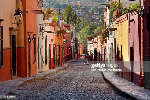 mexico, guanajuato, san miguel de allende, colorful street - san miguel de allende fotografías e imágenes de stock