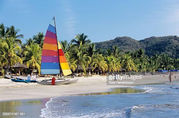 mexico, guerrero, zihuatanejo, boats and people on beach - guerrero - fotografias e filmes do acervo