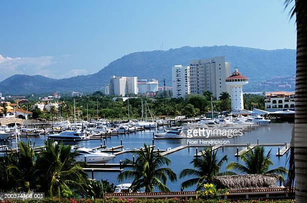 mexico, guerrero, zihuatanejo, boats in marina, resorts in background - ixtapa zihuatanejo fotografías e imágenes de stock