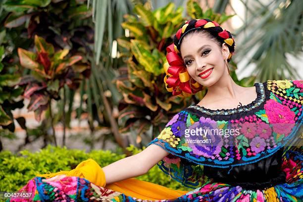 mexico, jalisco, xiutla dancer, folkloristic mexican dancer - cultura mexicana fotografías e imágenes de stock