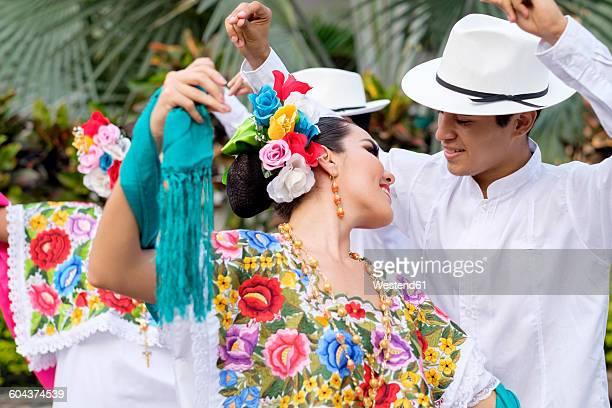 mexico, jalisco, xiutla dancer, folkloristic mexican dancers - indigenas mexicanos fotografías e imágenes de stock