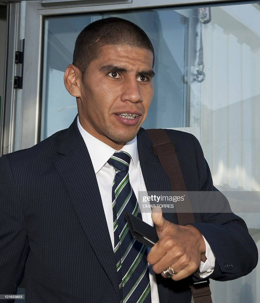 Mexico national football team defender Carlos Salcido gives a thumb up upon arrival of his team at the O.R Tambo airport in Johannesburg on June 5, 2010.Mexico will have their first 2010 World Cup game on June 11.
