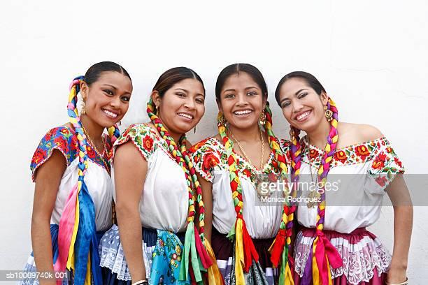 mexico, oaxaca, istmo, group portrait of women in traditional clothing, outdoors - roupa tradicional - fotografias e filmes do acervo