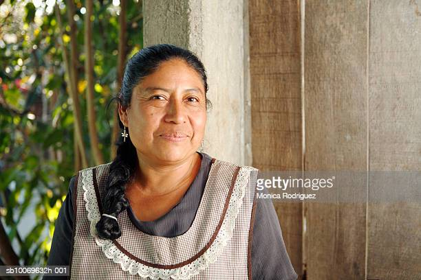 mexico, oaxaca, portrait of mature woman wearing apron - méxico imagens e fotografias de stock