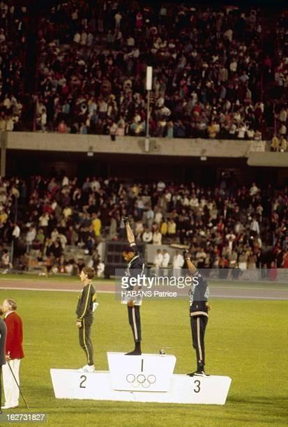 Mexico Olympics Games 1968. Les athlètes noirs américains protestent aux JO de Mexico 1968 : les sprinters Tommie SMITH et John CARLOS, arrivés...