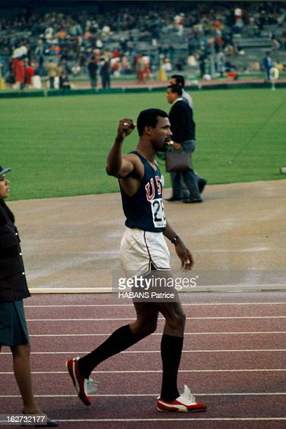 Mexico Olympics Games 1968 Les JO de Mexico du 12 au 27 octobre 1968 Athlétisme 200 mètres hommes l'athlète américain John CARLOS lève le poing après...