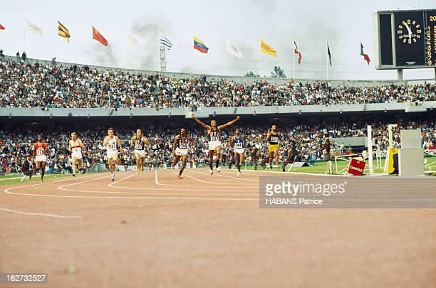 Mexico Olympics Games 1968. Les JO de Mexico du 12 au 27 octobre 1968. Athlétisme. 200 mètres hommes : l'athlète américain Tommie SMITH remporte la...