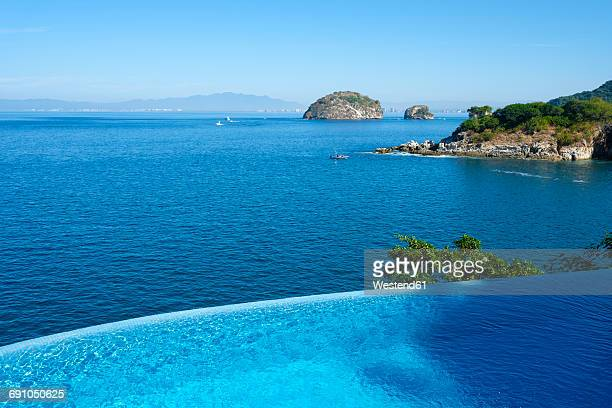 Mexico, Puerto Vallarta, Ocean front infinity swimming pool with view at Los Arcos National Marine Park