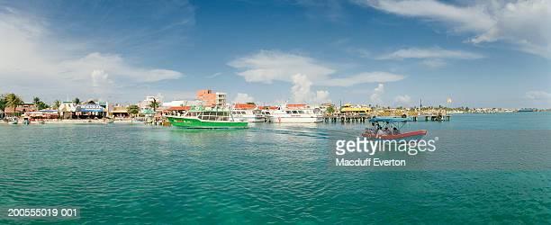 mexico, quintana roo, isla mujeres, tourists riding in motorboat - mujeres fotos imagens e fotografias de stock
