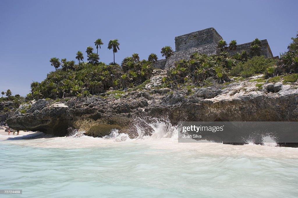 Mexico, Yucatan Peninsula, Quintana Roo, Tulum, Mayan ruins, rocky coastline : Stockfoto