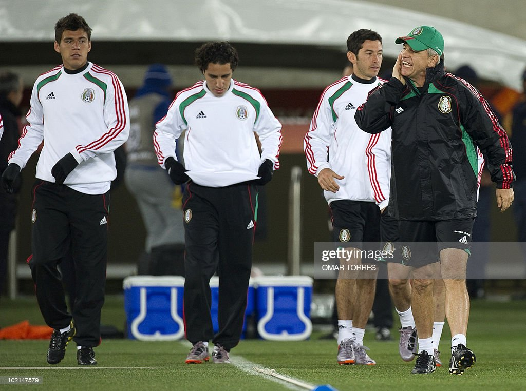 Mexico's coach Javier Aguirre (R) gestures as he gets onto the field of the Peter Mokaba stadium with Hector Moreno (L), Efrain Juarez (C) and Israel Castro for a training session in Polokwane on June 16, 2010. Mexico will face France on June 17 in a Group A game of the 2010 World Cup 2010.