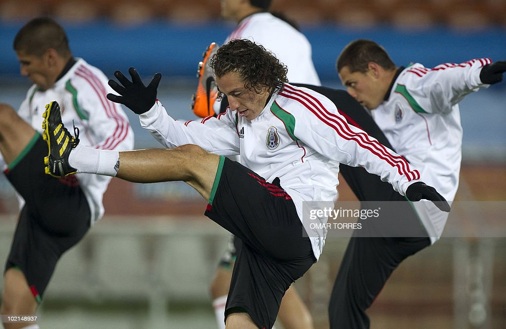 Mexico's footballers Andres Guardado (C), Carlos Salcido (L) and Javier Hernandez make streching exercises during a training session in Polokwane, South Africa, on June 16, 2010. Mexico will face France on June 17 in a Group A game of the 2010 World Cup 2010.