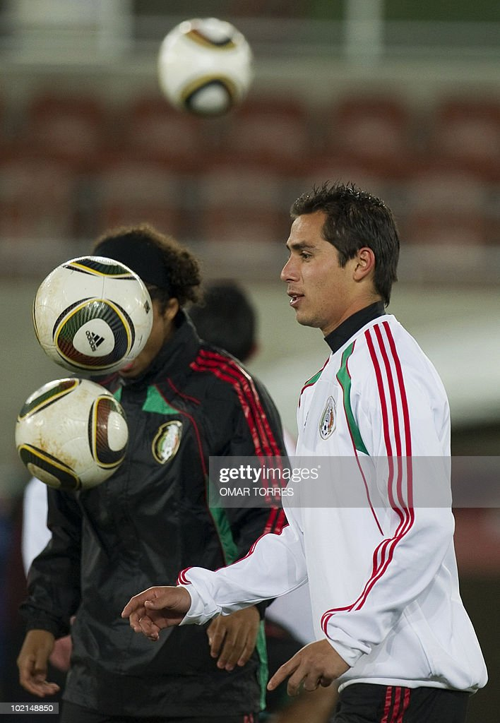 Mexico's footballers Paul Aguilar (R) and Giovanni Dos Santos take part in a training session in Polokwane, South Africa, on June 16, 2010. Mexico will face France on June 17 in a Group A game of the 2010 World Cup 2010.