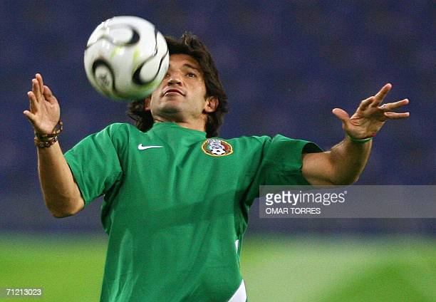 Mexico's forward Francisco Fonseca plays with the ball during the Mexican National team training at the Hanover stadium 15 June 2006, in Hanover....