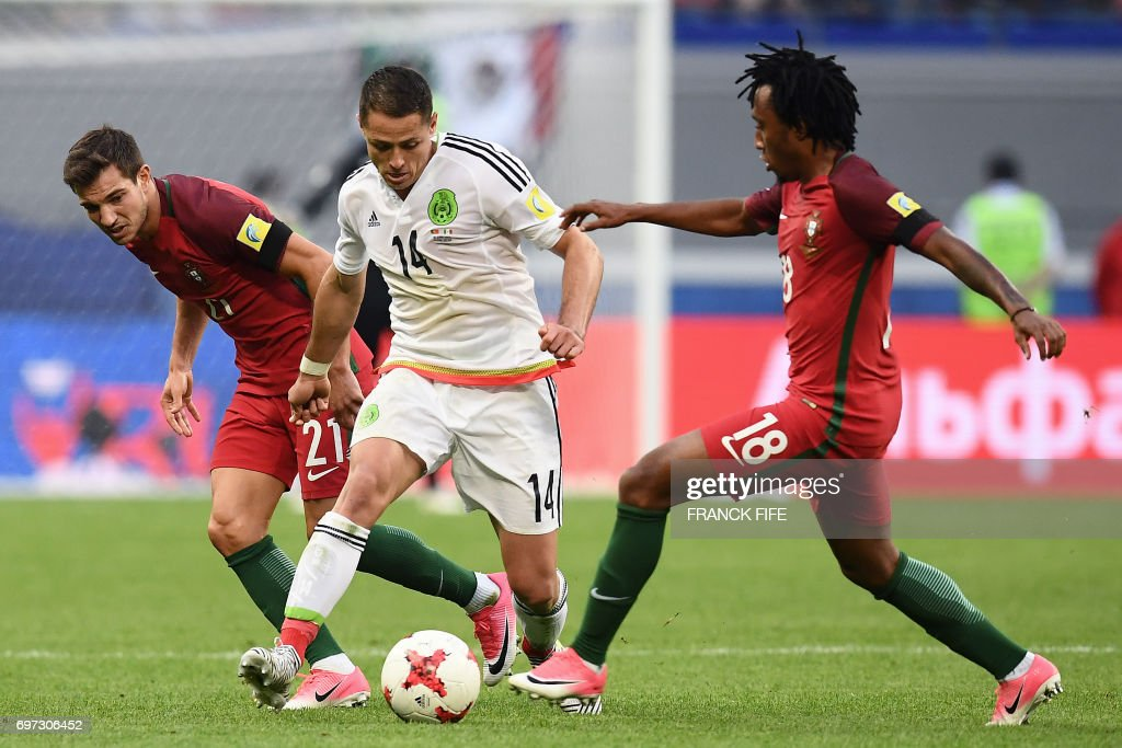 TOPSHOT - Mexico's forward Javier Hernandez (C) vies with Portugal's defender Cedric (L) and Portugal's forward Gelson Martins during the 2017 Confederations Cup group A football match between Portugal and Mexico at the Kazan Arena in Kazan on June 18, 2017. /