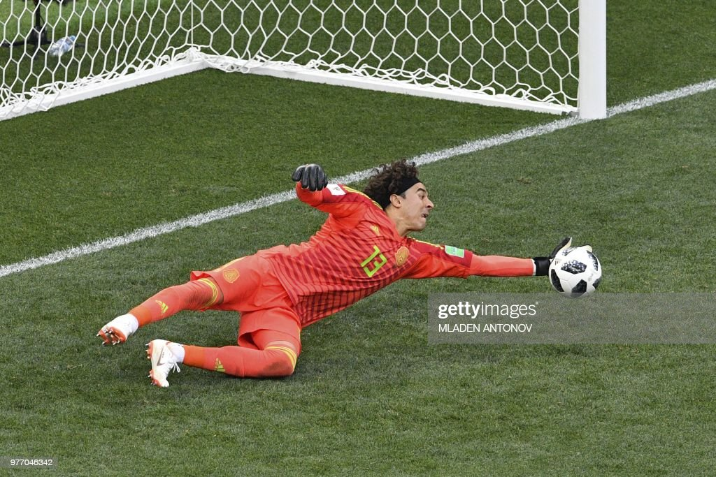 TOPSHOT - Mexico's goalkeeper Guillermo Ochoa dives to make a save during the Russia 2018 World Cup Group F football match between Germany and Mexico at the Luzhniki Stadium in Moscow on June 17, 2018. (Photo by Mladen ANTONOV / AFP) / RESTRICTED