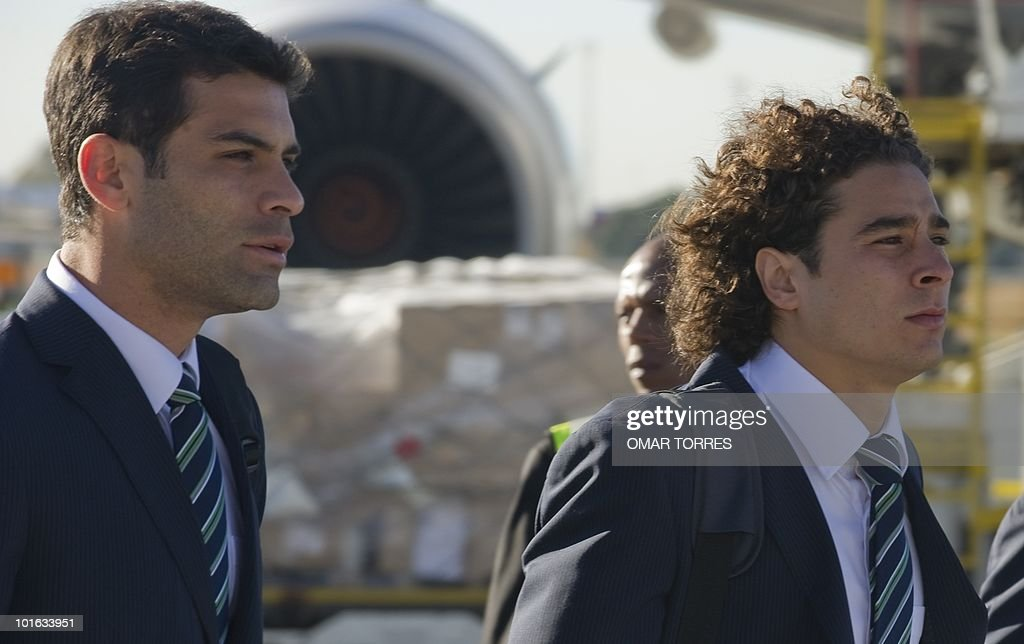 Mexico's national football team players Rafael Marquez (L) and goalkeeper Guillermo Ochoa arrive at te O.R Tambo airport in Johannesburg on June 5, 2010. Mexico will have their first game on June 11 in the opening match of the 2010 Fifa World Cup. AFP PHOTO / Omar TORRES