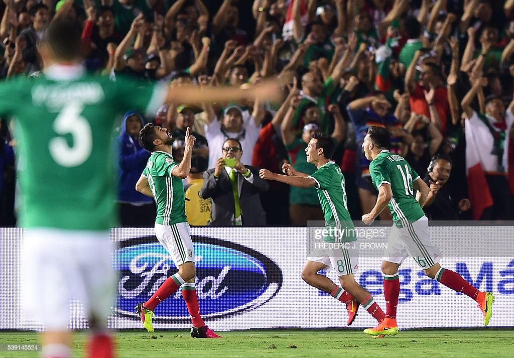 Mexico's Oribe Peralta (2nd L) celebrates with Hirving Lozano and Hector Herrera (R) after scoring the team's second goal against Jamaica during the Copa America Centenario football match in Pasadena, California, United States, on June 9, 2016. / AFP / Frederic J. Brown