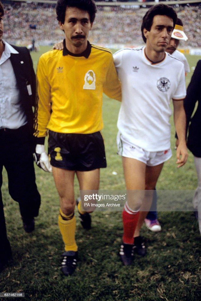 Soccer - World Cup Mexico 1986 - Quarter Final - West Germany v Mexico - Universitario Stadium : Fotografía de noticias