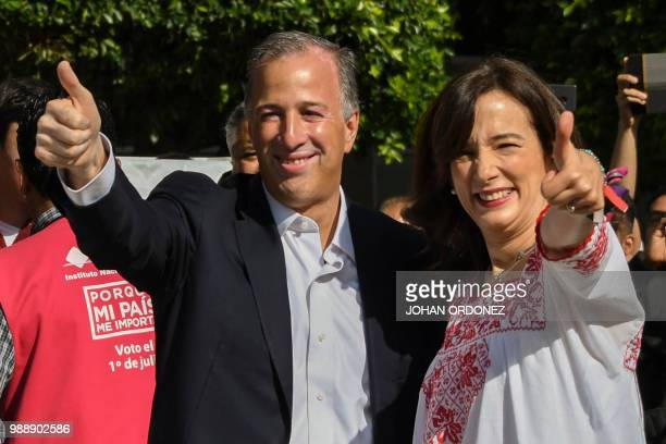 Mexico's presidential candidate Jose Antonio Meade for 'Todos por Mexico' coalition party and his wife Juana Cuevas give their thumb up during...