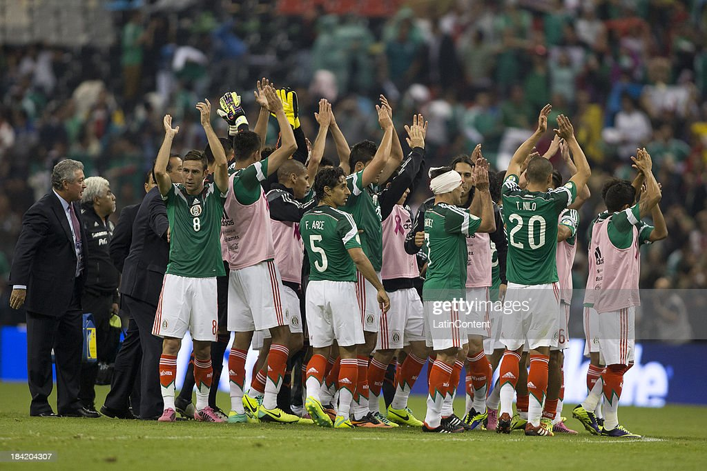 Mexico's team celebrates their victory after a match between Mexico and Panama as part of the CONCACAF Qualifyers at Azteca stadium on October 11, 2013 in Mexico City, Mexico.