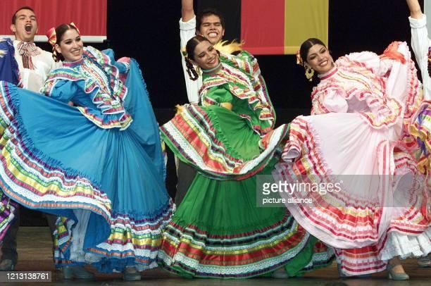 Mexikanische Tänzer und Tänzerinnen eröffnen am auf dem Weltausstellungsgelände in Hannover das kulturelle Rahmenprogramm ihres Nationentages....