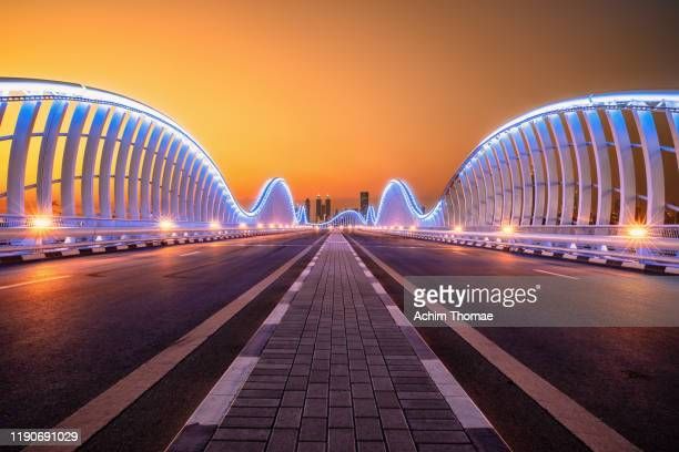 meydan bridge dubai - fluchtpunkt stock-fotos und bilder