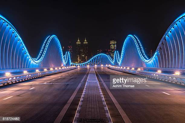 meydan bridge, dubai, uae - diminishing perspective stock pictures, royalty-free photos & images
