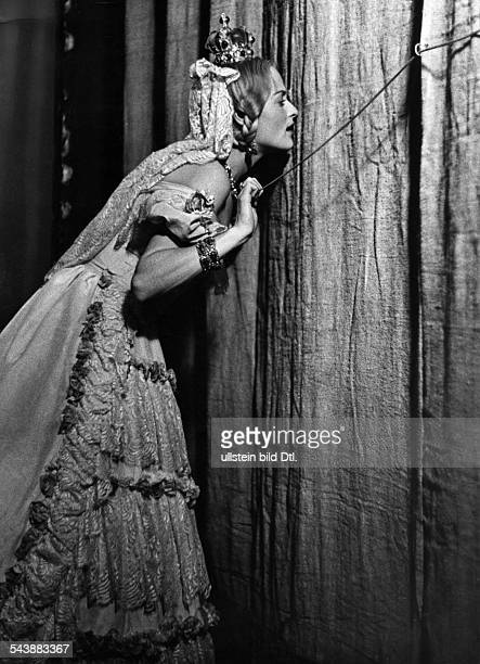 Meyendorff Irene von Actress Germany* as 'Victoria Regina' peeking through the curtain just before her entrance on stage Photographer Rene Fosshag...