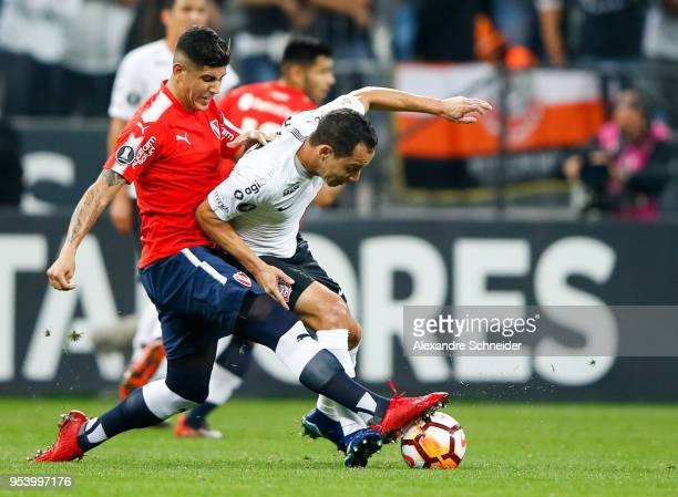 Meza of Independiente of Argentina and Rodriguinho of Corinthians in action during the match for the Copa CONMEBOL Libertadores 2018 at Arena...