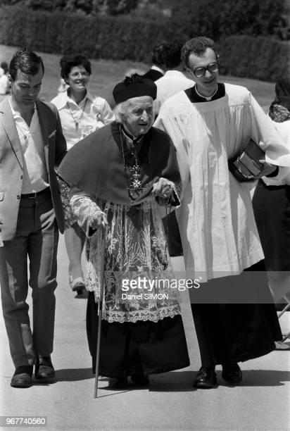 Mgr DucotBourget lors de la ceremonie d ordinnation de 28 prêtres traditionalistes le 29 juin 1979 à Econe SUISSE