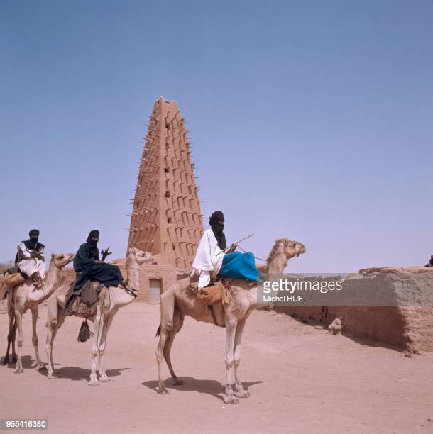 Méharistes Touaregs devant le minaret de la mosquée dAgadez Niger