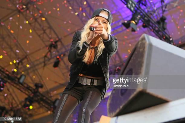 Mia Julia Brueckner die deutsche Schlagersaengerin bei einem Konzert bei Hamburg Öle Olé PartyTour Schlagerparty auf der openairBuehne an der...
