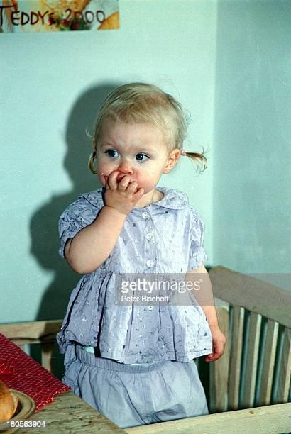 Mia Sophie Rebecca Robin WellenbrinkTochter von Susanna Wellenbrink Besuchbei Monika Wellenbrink Homestory KücheBauernhaus Bayrischer Wald Stuhl Baby