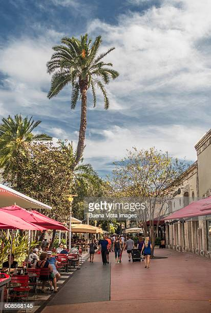 miami beach. tourists and locals in lincoln road. - lincoln road stock pictures, royalty-free photos & images