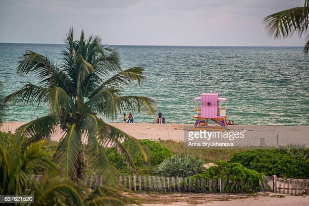 miami beach with tourists and lifeguard hut, usa - anna cabana photos et images de collection