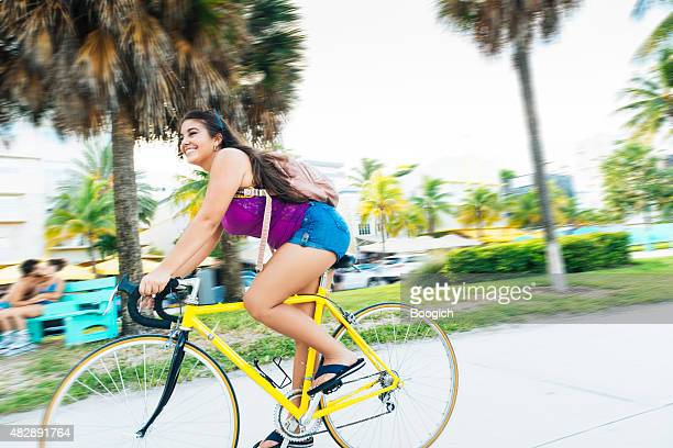 Miami kubanische amerikanische Frau Fahrradfahren in South Beach reisen