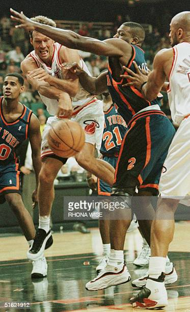 Miami Heat forward Dan Majerle tries to pass the ball through the defense of New York Knicks forward Larry Johnson to Alonzo Mourning during 1st...
