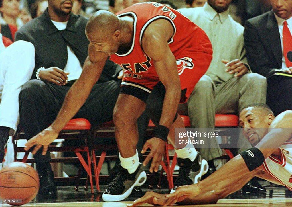 Miami Heat guard Tim Hardaway (L) and Chicago Bull : News Photo