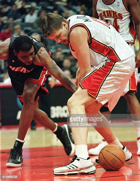 Miami Heat's Brian Grant and Atlanta Hawks' Hanno Mottola fight over a loose ball during their game at the Philips Arena in Atlanta 02 February 2001...