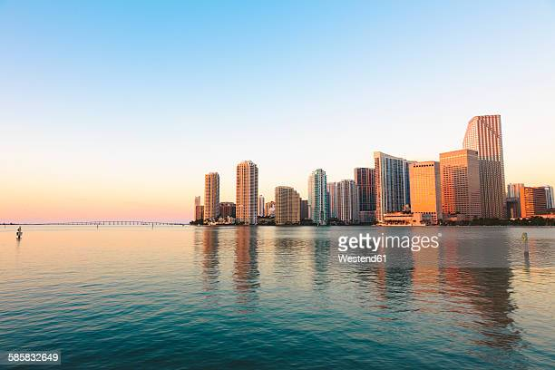 usa, miami, skyline at sunrise - miami foto e immagini stock