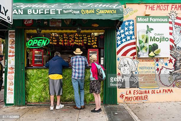 miami turisti ordine dalla finestra di piccolo havana ristorante - cultura cubana foto e immagini stock