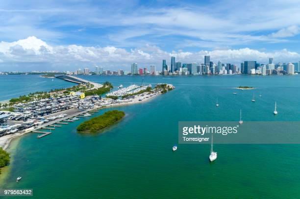 マイアミのスカイラインは、キービスケーンから見た - キービスケイン ストックフォトと画像