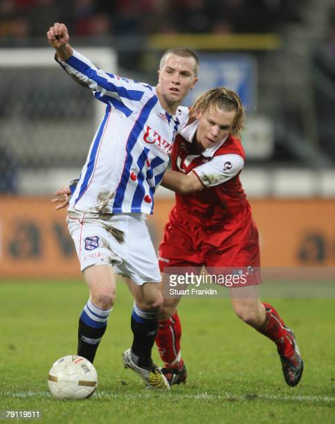 Michael Bradley of Heerenveen challenges Ruud Vormer of AZ Alkmaar during the Dutch Eredivisie match between Heerenveen and AZ Alkmaar at Abe Lenstra...